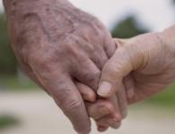 due-anziani-mano-nella-mano
